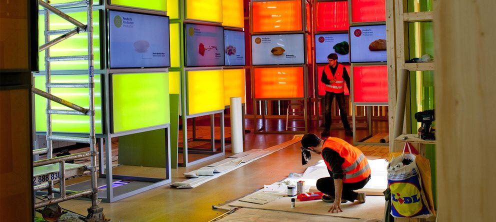 Foto: Operarios ultimando la ejecución del pabellón español de Floriade 2012. (Indissoluble)