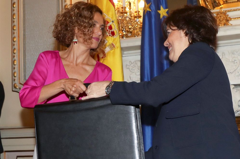 Foto: Meritxell Batet (i) recibe de manos de su antecesora, Soraya Sáenz de Santamaría, la cartera de Política Territorial y Función Pública, el pasado 7 de junio. (EFE)