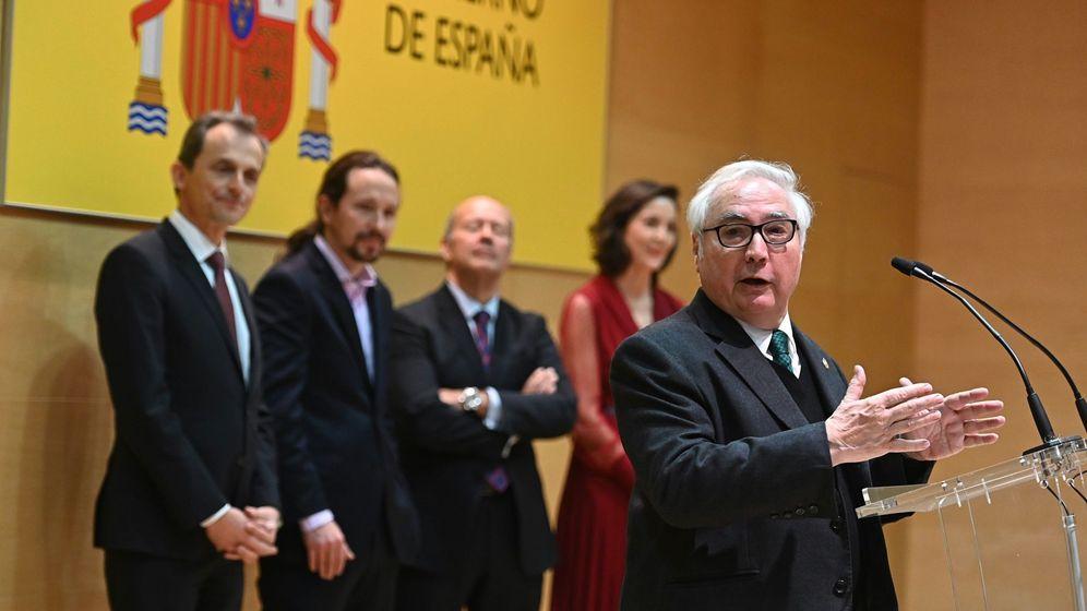 Foto: El nuevo ministro de Universidades, Manuel Castells (d), durante la toma de posesión de los nuevos ministros en el Ministerio de Ciencia, Innovación y Universidades. (EFE)