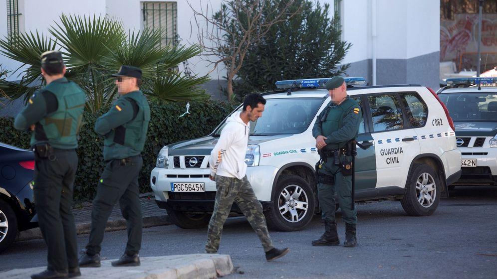 Foto: Miembros de la Guardia Civil investigan y toman muestras en la barriada de La Fuensanta, de localidad malagueña de Coín, donde han fallecido dos personas. (EFE)