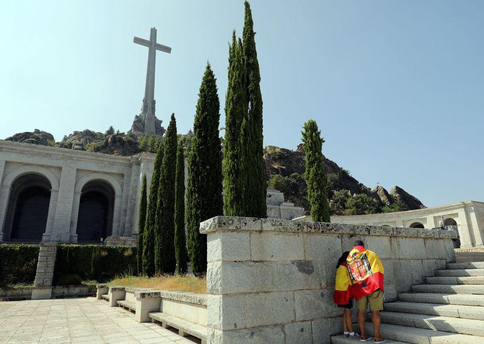 Foto: Un hombre porta una bandera preconstitucional en el Valle de los Caídos, donde está enterrado Franco, el pasado 31 de agosto. (Reuters)