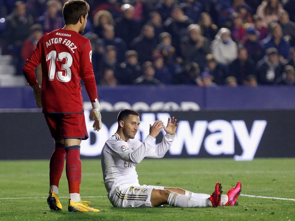 Foto: Eden Hazard sentado en el césped durante el partido contra el Levante. (EFE)