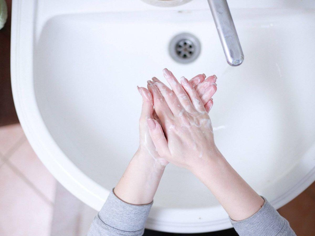 Foto: Una persona lavándose las manos con jabón. Foto: Pixabay