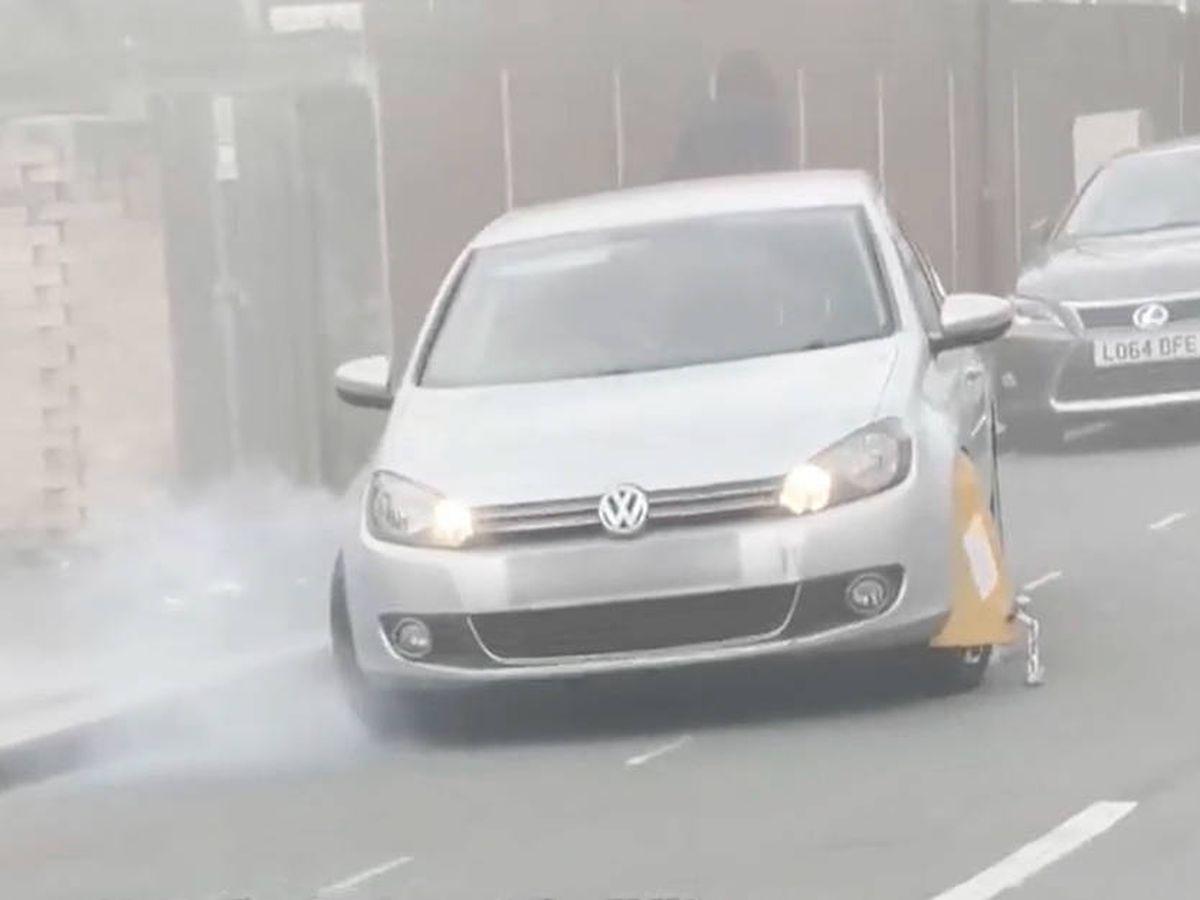 Foto: El humo comenzó a salir mientras el coche trataba de escapar con el cepo (YouTube)