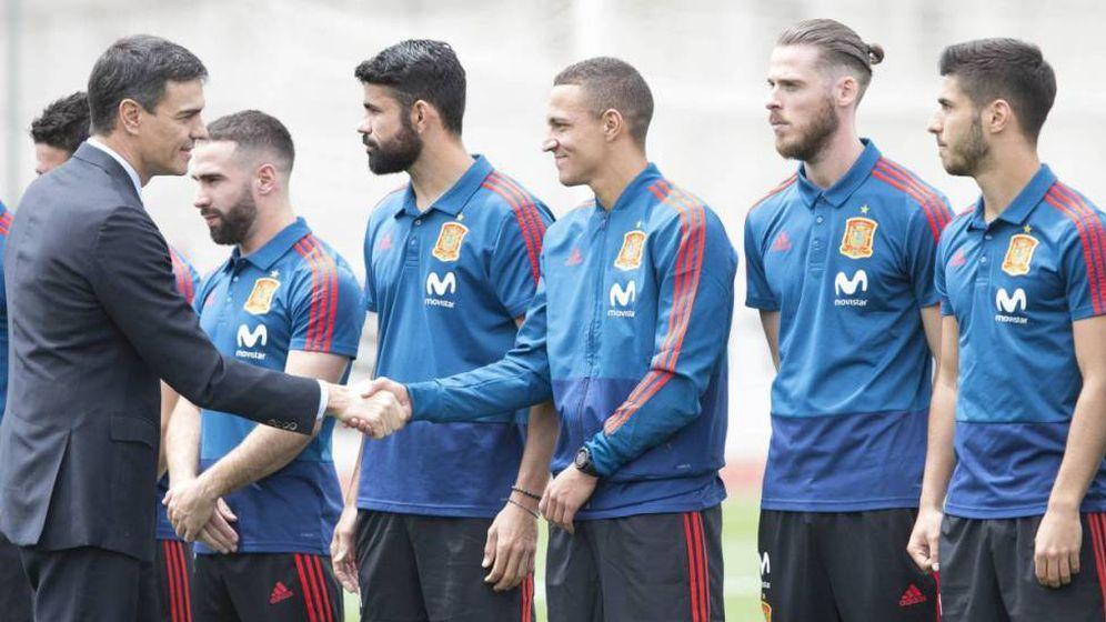 Foto: Pedro Sánchez saluda a Rodrigo, justo antes de hacerlo con De Gea.