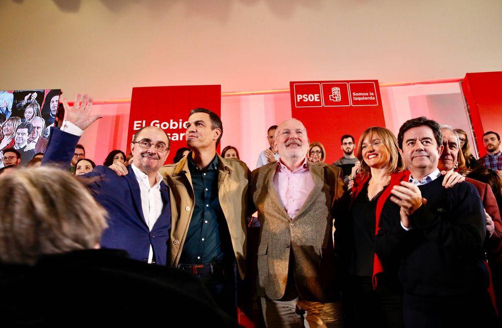 Foto: Pedro Sánchez, con Javier Lambán (i), Frans Timmermans (c) y Pilar Alegría, este 2 de febrero de 2019 en Zaragoza. (Inma Mesa   PSOE)