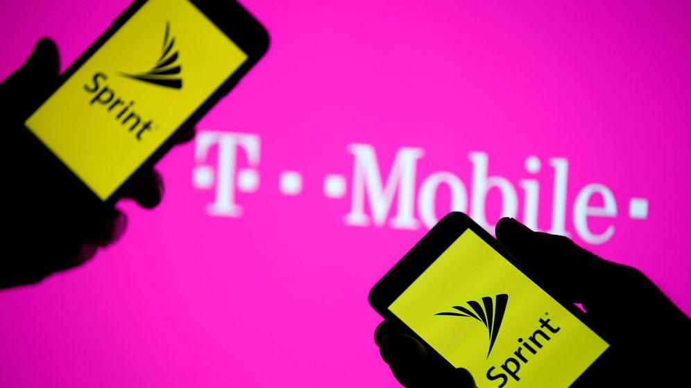 Foto: Dos 'smartphones' con el logo de Sprint frente a un cartel de T-Mobile. (Reuters)