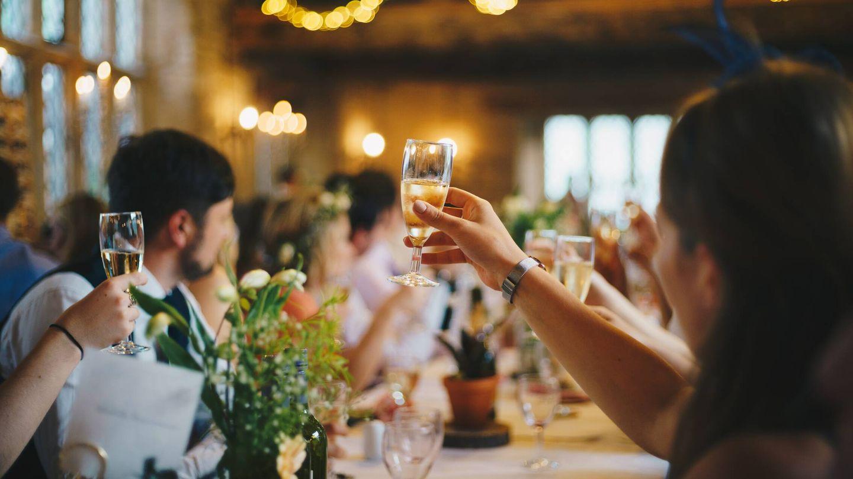 Ventajas de organizar una boda en viernes. (Alasdair Elmes para Unsplash)