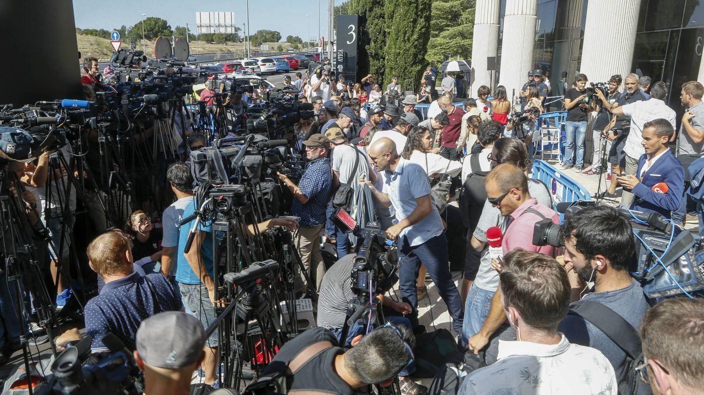 Imágenes de las puertas del juzgado de Pozuelo durante la declaración de Cristiano Ronaldo. (Gtres)