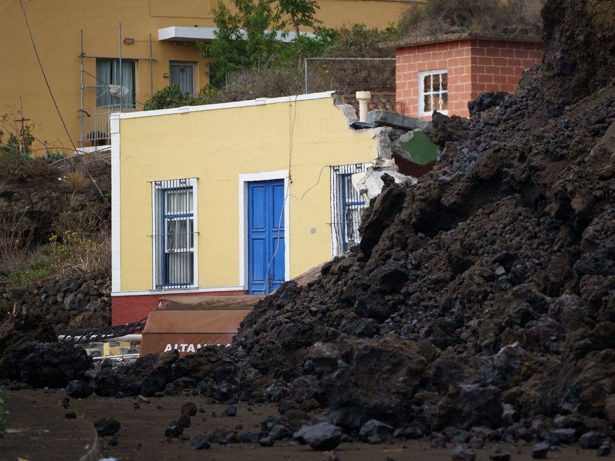 Foto: La colada de lava irrumpe en el pueblo de todoque, en la palma. (EFE)