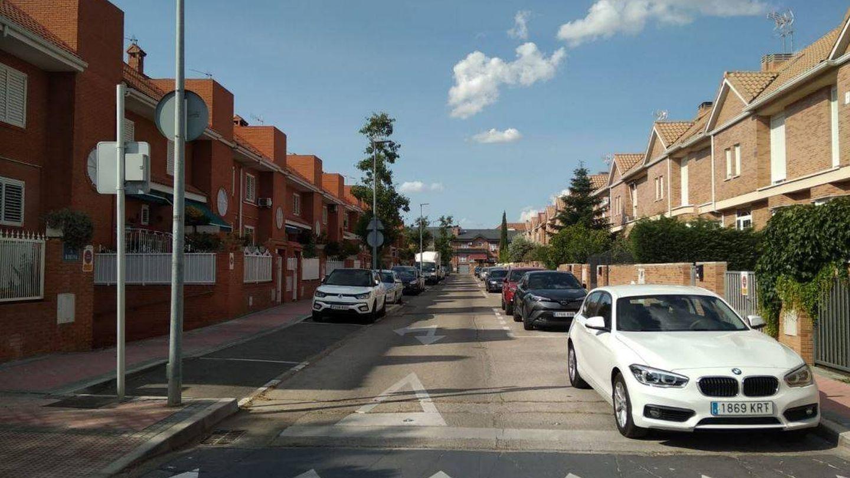 Calle de ensanche con hileras de chalets en Torrejón. (Foto: Roberto Sánchez)