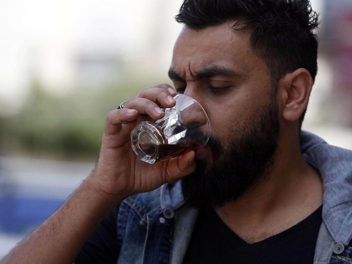 Foto: Una persona bebiendo café. Foto: EFE EPA YAHYA ARHAB
