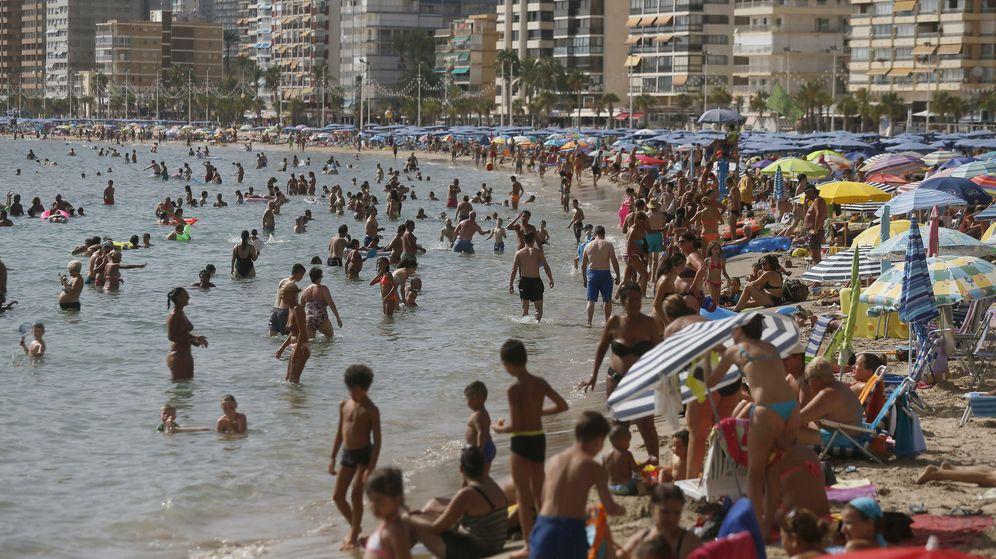 Foto: Miles de turistas disfrutan del sol y el agua en la playa de Levante de Benidorm. (EFE)