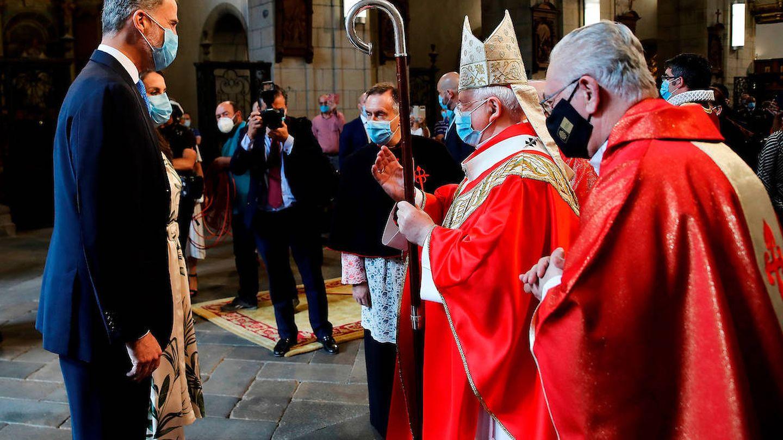 El arzobispo Julián Barrio junto a los Reyes durante la liturgia de la ofrenda ante el Apostol, en Santiago. (Limited Pictures)