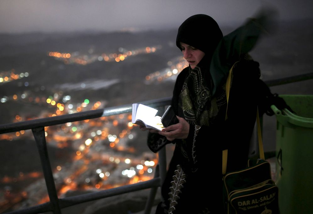 Foto: Una peregrina a la Meca tras visitar la cueva de Hera, en Arabia Saudí. (Reuters)