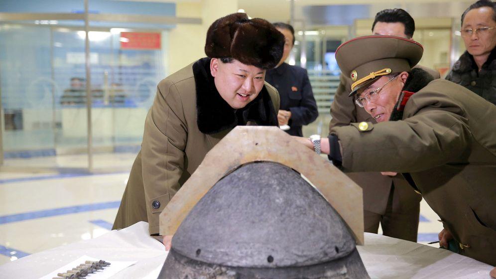 Foto: El presidente Kom Jong-un examina la cabeza de un misil tras una prueba el pasado 15 de marzo. (Reuters)