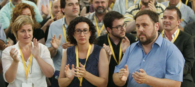 Foto: El líder de ERC, Oriol Junqueras (d), junto a la secretaria general, Marta Rovira (c), y la portavoz Anna Simó  (i). (Efe)