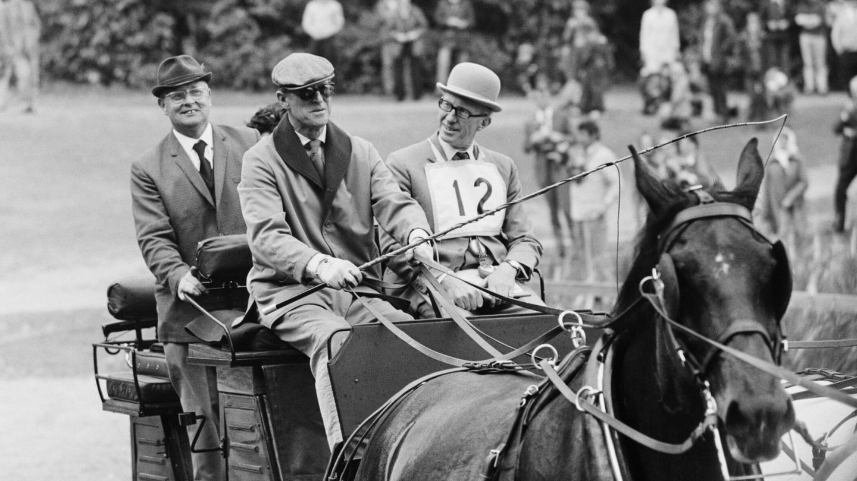 El duque de Edimburgo, en una competición de carros en 1976. (Getty)