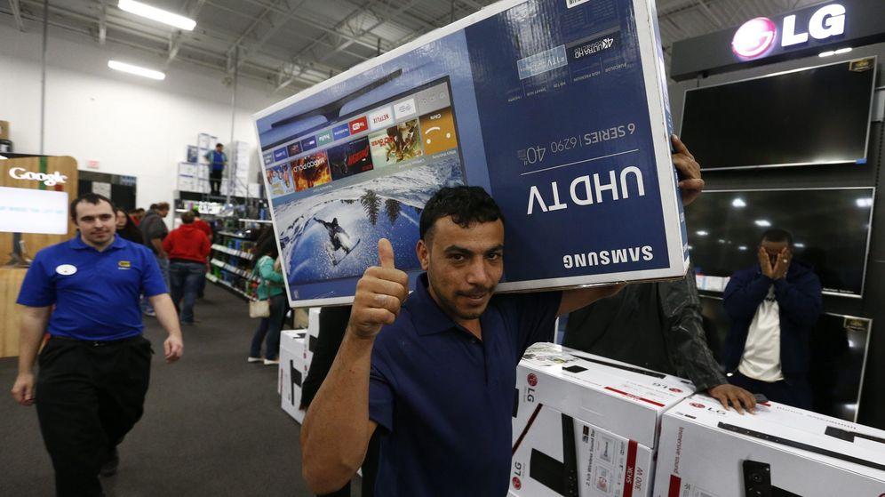 Foto: Un hombre posa con una televisión en una tienda. (EFE)