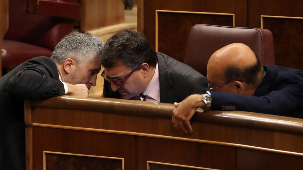 Foto: El ministro del Interior, Fernando Grande-Marlaska (i), conversa con el diputado del PNV Aitor Esteban (c). (EFE)
