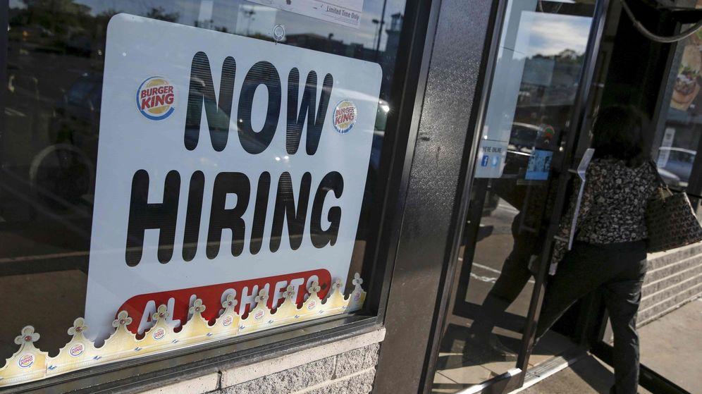 Foto: Un cartel ofreciendo empleo en una franquicia de Burger King en Nueva York. (Reuters)