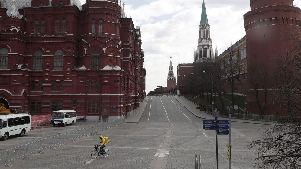 Foto: Un 'rider' recorre la plaza Manezhnaya, frente al Kremlin, en Moscú, Rusia. (EFE)