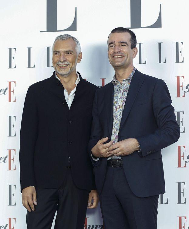Foto: El embajador italiano Stefano Sannino (i) y su marido posan para los medios a su llegada a los Premios Elle Gourmet. (EFE/Paco Campos)