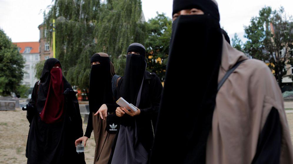 Foto: Miembros del grupo Kvinder I Dialog se reúnen en Dinamarca para discutir la prohibición
