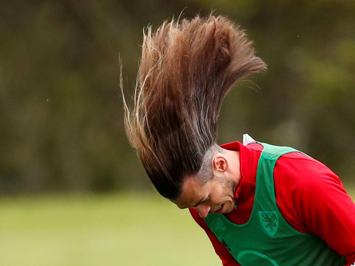 Foto: Gareth Bale, con la melena al viento, en un entrenamiento con la Selección de Gales. (Efe)
