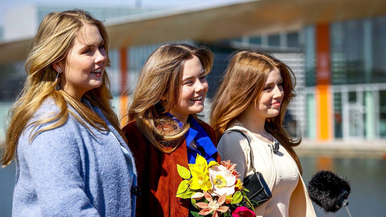Amalia, Ariane y Alexia, hablando para la prensa en el Día del Rey. (EFE)
