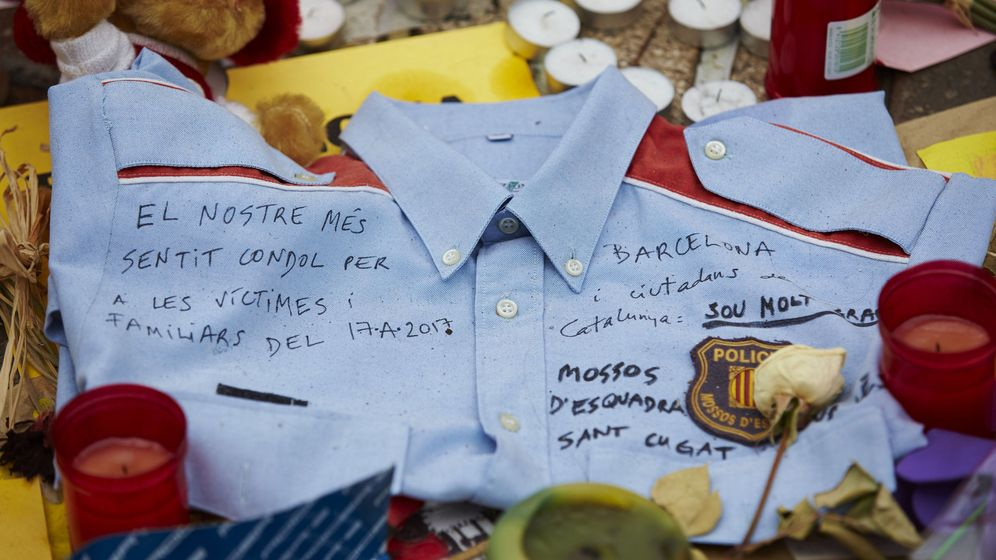 Foto: Vista de una camisa de los Mossos d'Esquadra con una dedicatoria a las víctimas del atentado del pasado 17 de agosto en Barcelona. (EFE)