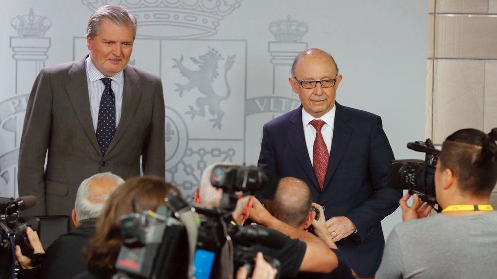 Foto: El portavoz del Gobierno y ministro de Educación, Cultura y Deporte, Íñigo Méndez de Vigo (i), y el ministro de Hacienda, Cristóbal Montoro. (EFE)