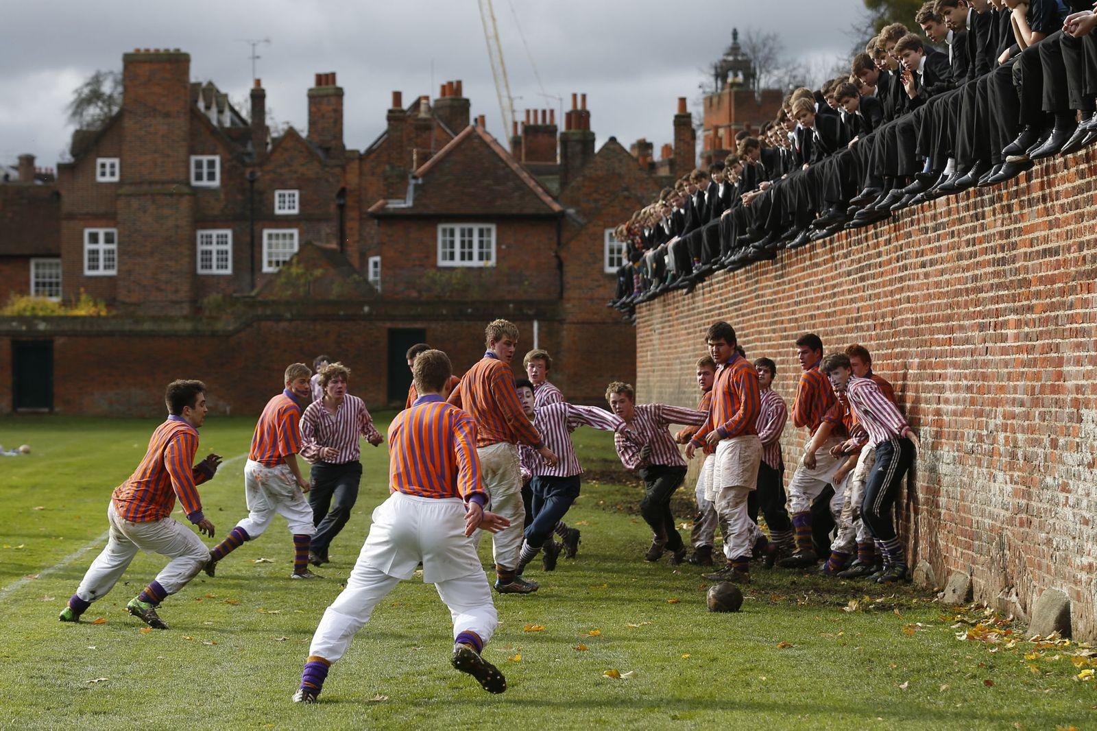 Foto: Los equipos The Collegers y the Oppidans compiten durante los juegos Eton Wall en el colegio Eton, en noviembre de 2012. (Reuters)