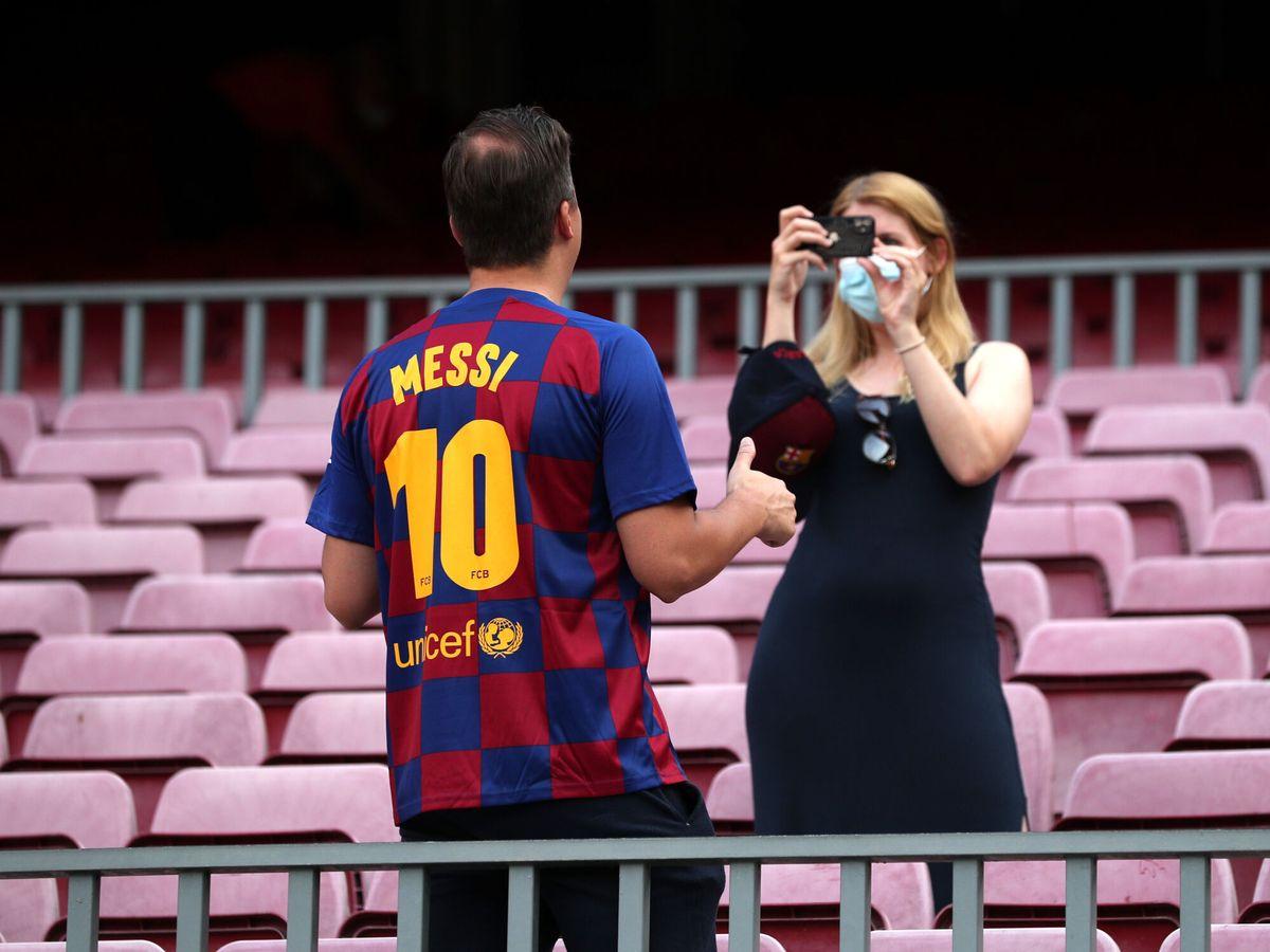 Foto: Un aficionado azulgrana se hace una foto antes del pitido inicial. (Reuters)