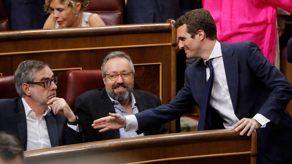 Foto: El presidente del PP, Pablo Casado (d), saluda a Juan Carlos Girauta (c) y José Manuel Villegas en el Congreso. (EFE)