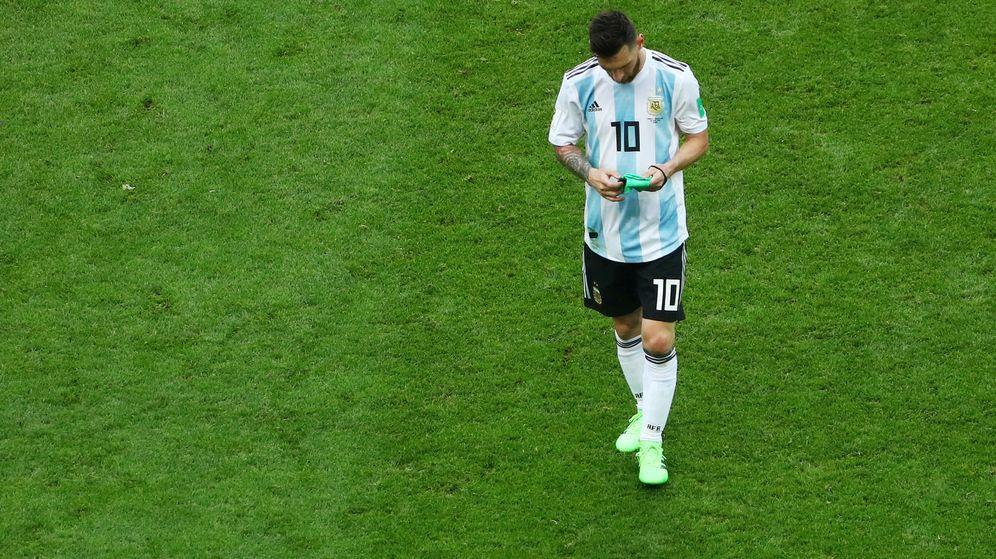 Foto: Messi se retira cabizbajo del partido. (Reuters)
