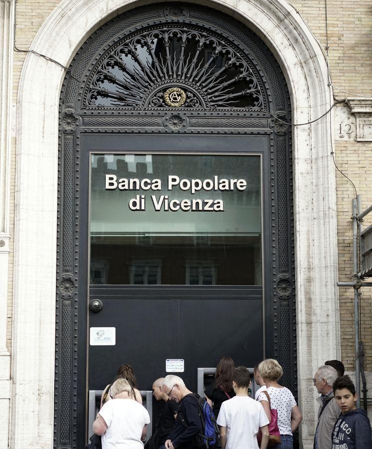 Foto: Puerta de una oficina de una entidad financiera Italiana. (AP)