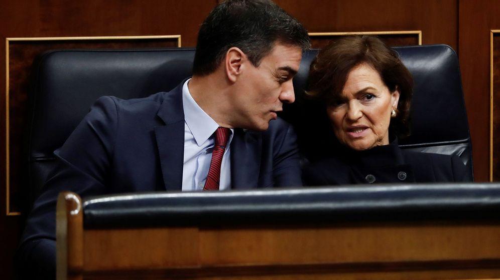Foto: El presidente del Gobierno, Pedro Sánchez, y la vicepresidenta Carmen Calvo, en el Congreso. (EFE)