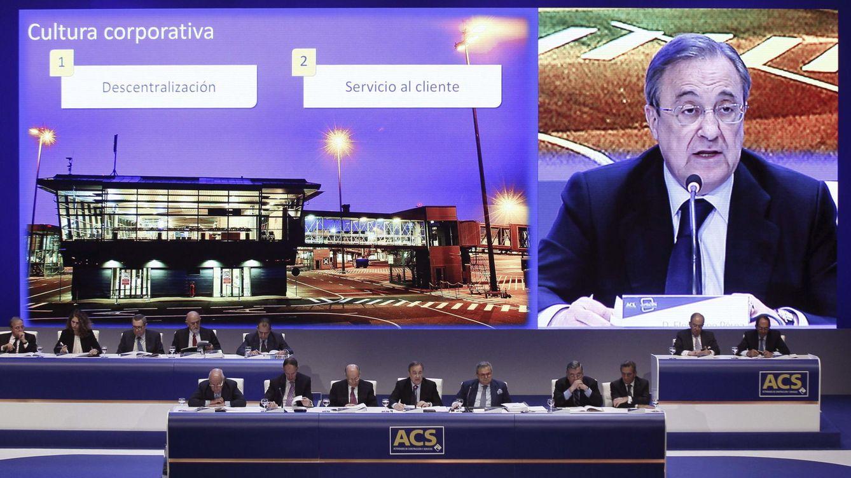 Foto: El presidente de ACS, Florentino Pérez (c), durante la junta de accionistas de 2014. (EFE)