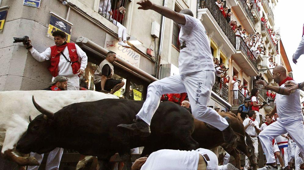 Foto: Las reses, a su paso por Mercaderes. (EFE)