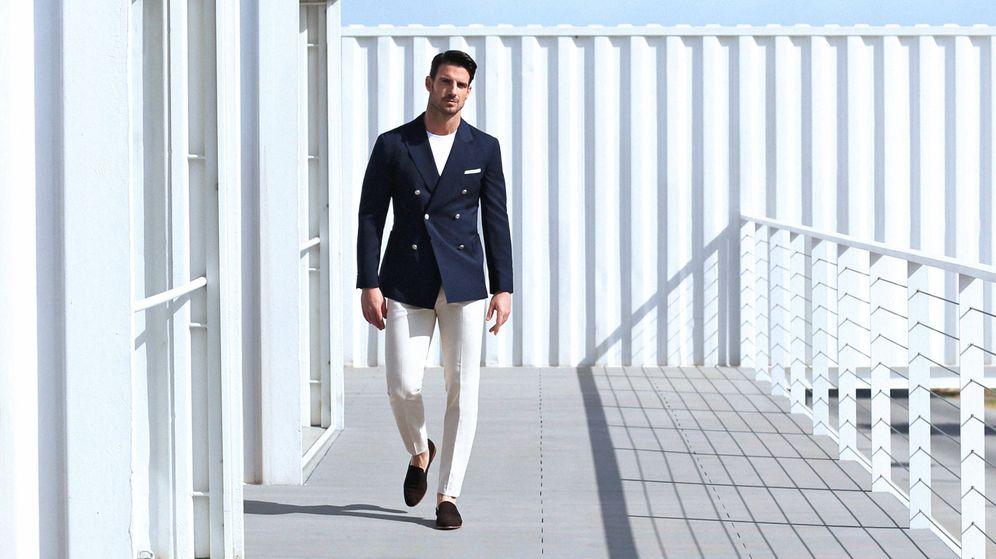 Foto: Prenda versátil. El pantalón blanco es una pieza imprescindible en verano. Así se combina. (Foto: Scalpers)