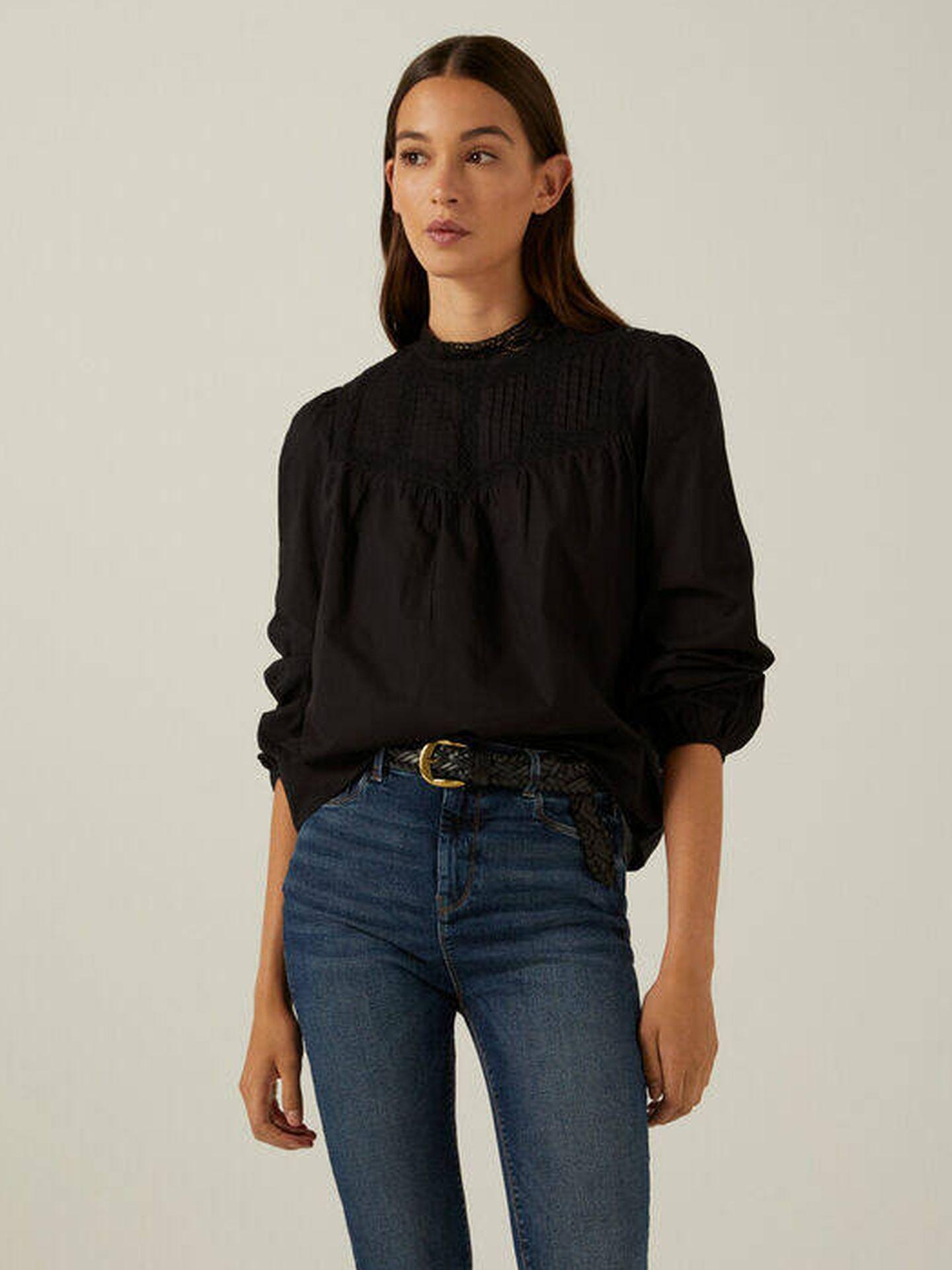 Blusa negra de Springfield. (Cortesía)