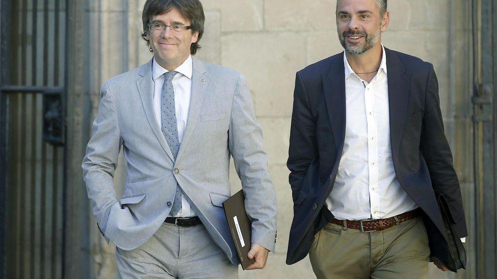 Foto: El presidente de la Generalitat de Cataluña, Carles Puigdemont (i), y el 'conseller' Santi Vila. (EFE)