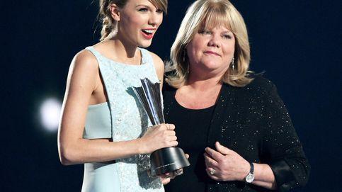El emotivo abrazo entre Taylor Swift y su madre enferma de cáncer en los ACM Awards 2015