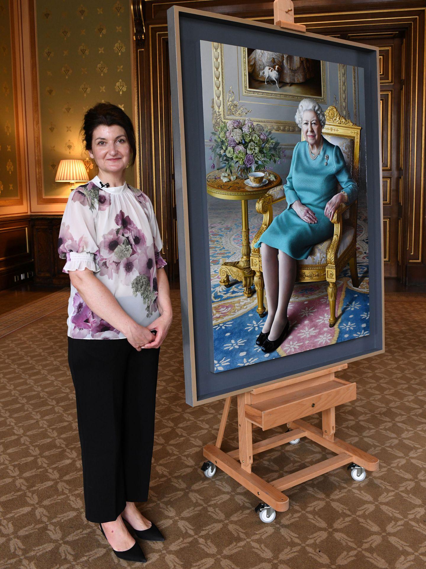 Miriam Escofet, posando junto al retrato de Isabel II. (Reuters)