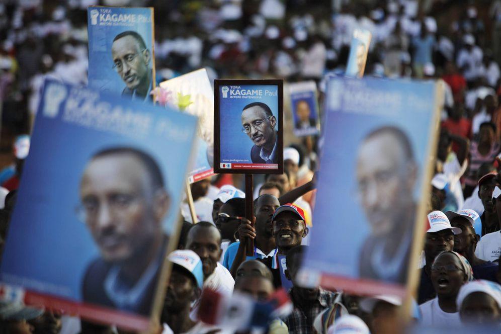 Foto: Ruandeses con carteles de Paul Kagame durante un mitin electoral en Kigali. (Reuters)
