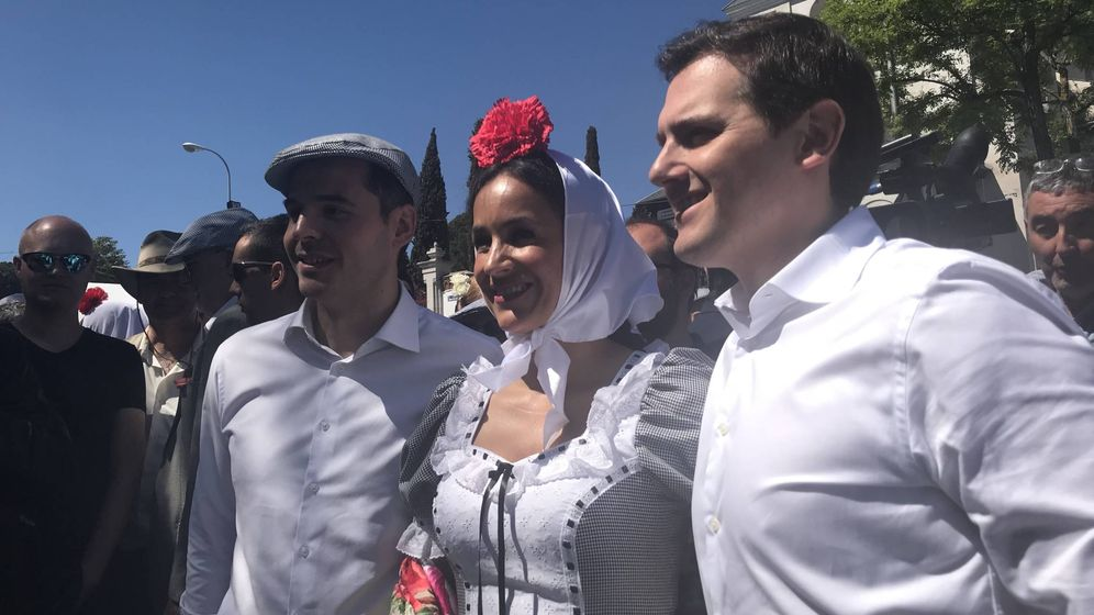 Foto: Albert Rivera junto a Begoña Villacís e Ignacio Aguado en la pradera de San Isidro. (EC)