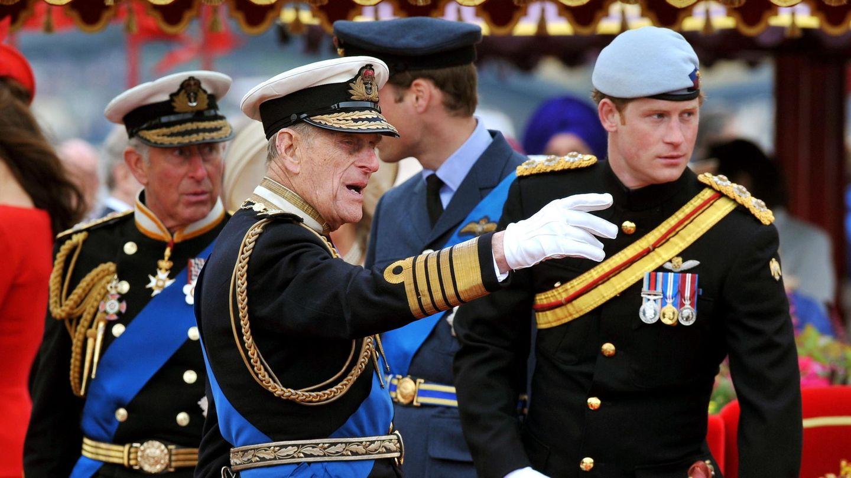 El príncipe Harry y su abuelo Felipe de Edimburgo, en una imagen de 2012. (EFE)