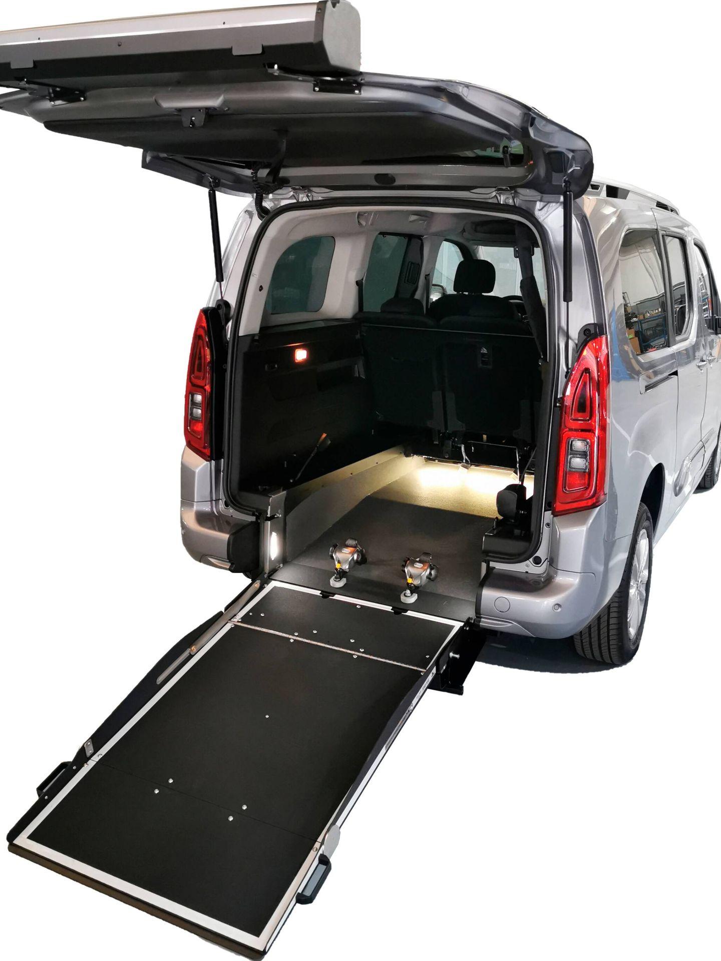 En el caso de la Toyota Proace City TPMR, destinada solo a clientes particulares, podemos elegir entre dos largos de carrocería y varios niveles de acabado y equipamiento especial.