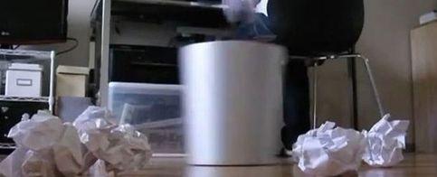 Una papelera que recoge al vuelo los papeles